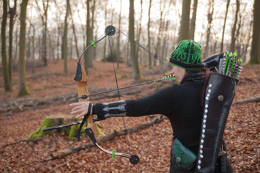 Bogenschießen Waldparcours Schützin mit Compound Bogen