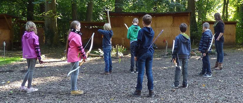 Bogenschießen Veranstaltung mit Kindern, Kindergeburtstag