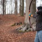 Bogenschießen Waldparcours Schützin mit Recurve Bogen
