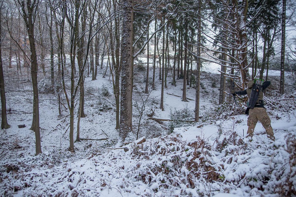 Pfeil und BogenWelt Dortmund Waldparcours, Bogenschießen Schützin mit Recurve Bogen im Winter