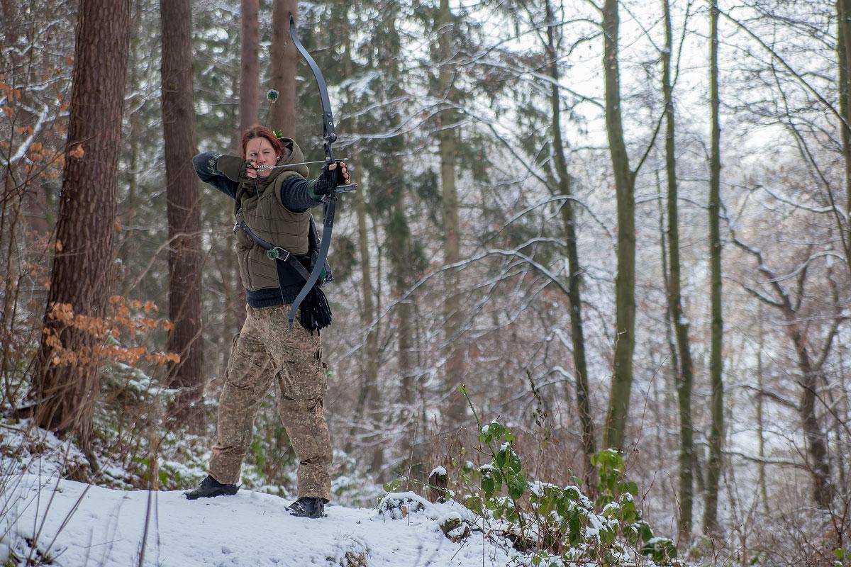 Pfeil und BogenWelt Dortmund Waldparcours, Bogenschießen Schützin mit Recurve Bogen