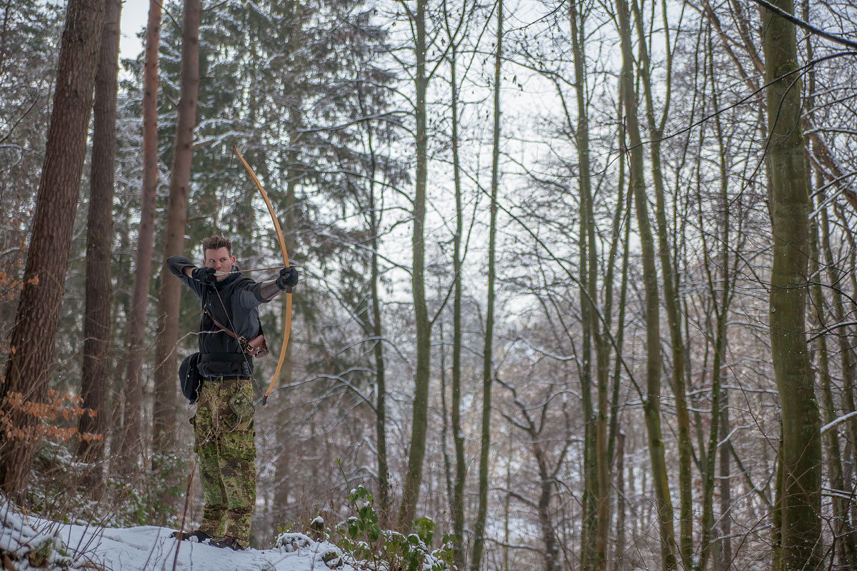 Pfeil und BogenWelt Dortmund Waldparcours, Bogenschießen Schütze mit Primitivbogen