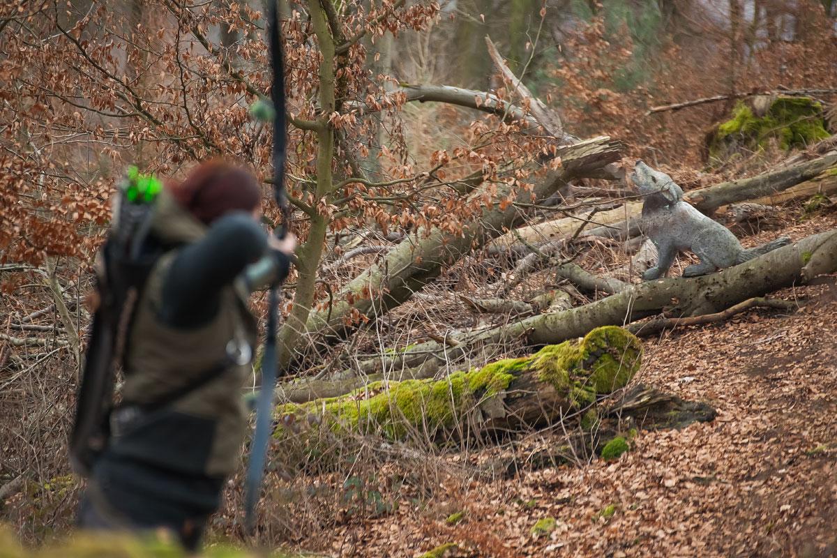 Pfeil und BogenWelt Dortmund Waldparcours, Bogenschießen Schützin mit Recurve Bogen auf 3D-Ziel Wolf