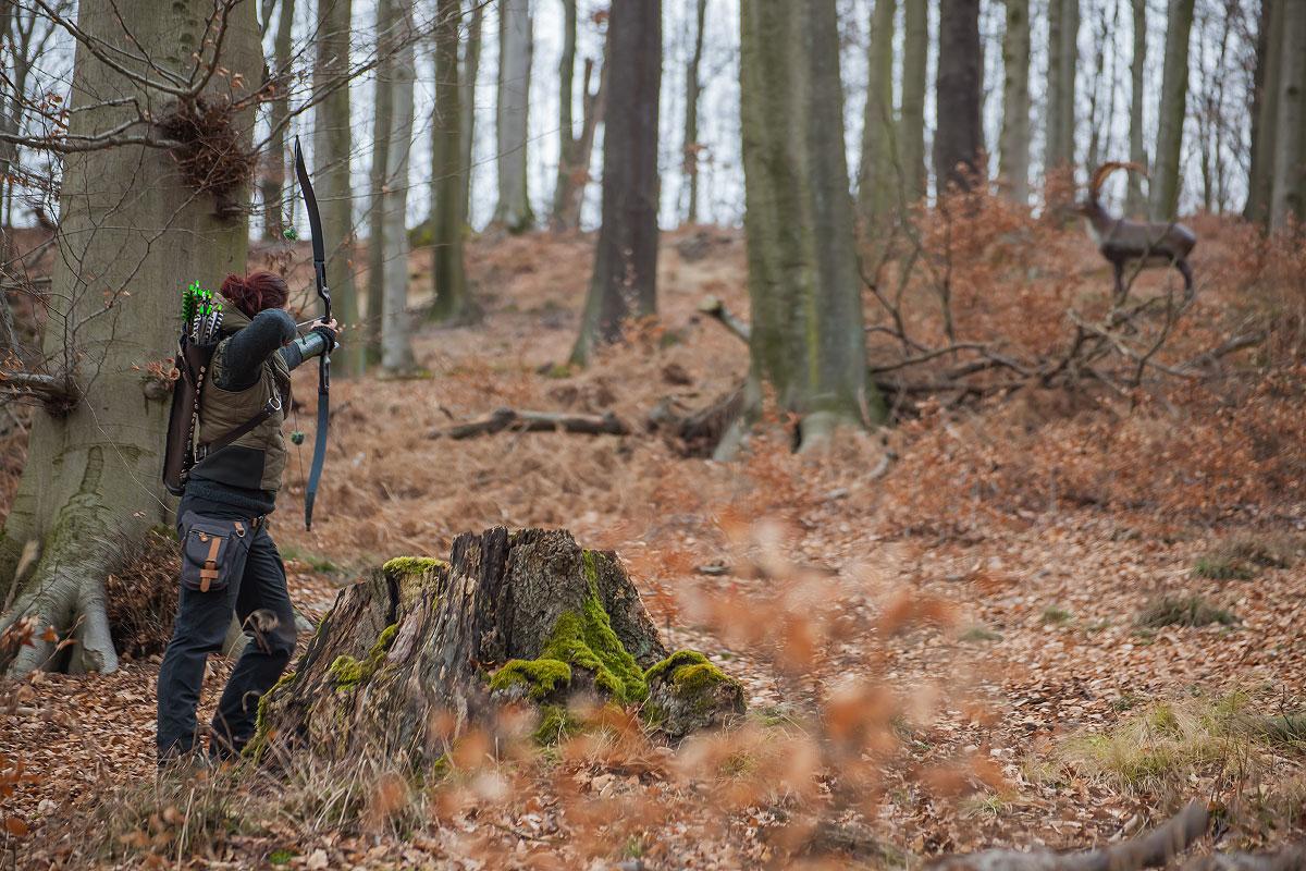 Pfeil und BogenWelt Dortmund Waldparcours, Bogenschießen Schützin mit Recurve Bogen auf 3D-Ziel Steinbock