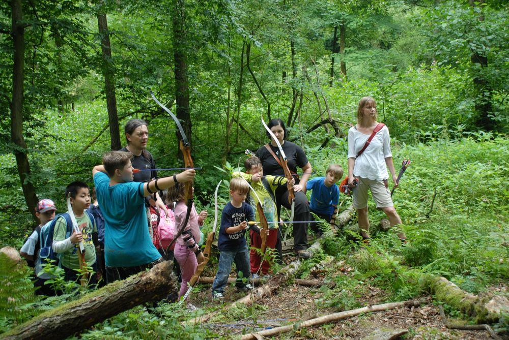 Bogenschießen Seminar im Wald mit Kindern