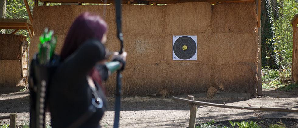 Bogenschießen Zielscheibe, Schützin mit Recurve Bogen